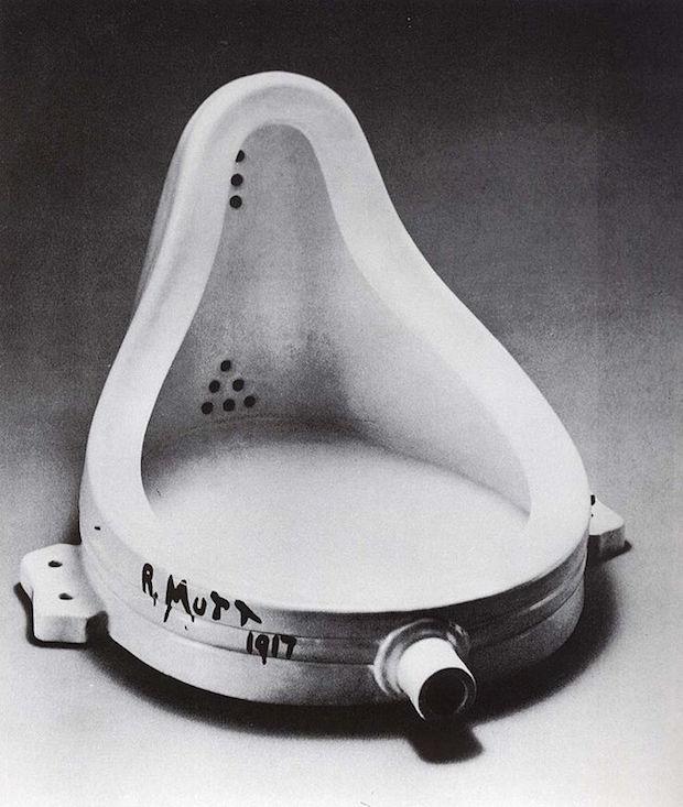 fotografie legendárního Duchampova signovaného pisoáru